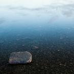 Stein mit Wolkenspiegelung 1