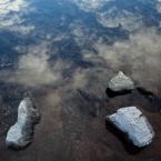 Stein mit Wolkenspiegelung 2